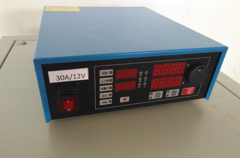 产品概述与用途 本产品采用IGBT开关整流、PWM斩波技术+DSP微机数字控制技术及触摸屏操作系统,具有单向直流脉冲、双向直流脉冲自动恒流、自动恒压控制功能。脉冲幅值连续可调、脉冲占空比可调、频率可调。人机界面良好,可视性强。可自动存储、记录电镀电流、电压、槽液温度等实时工艺曲线。可存储或调用多套工艺参数,自动化程度高,可大幅度提高工作电镀膜层的光洁度、致密性、耐蚀性、降低孔隙率、消除氢脆、提高产品镀层质量,节约大量希贵金属。可广泛作为航空、航天、兵器、船舶等企业以及科研院所电镀金、银、钯、钛等希贵金属的